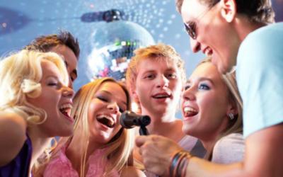 Las 11 mejores canciones en español para que ganes en la noche de karaoke